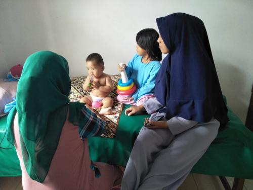 mengajarkan Pijat Bayi kepada orang tua